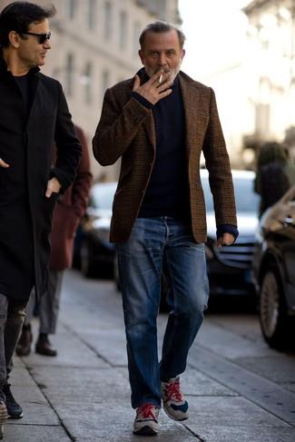 Come indossare e abbinare un dolcevita blu scuro: Prova ad abbinare un dolcevita blu scuro con jeans blu per un look trendy e alla mano. Se non vuoi essere troppo formale, scegli un paio di scarpe sportive in pelle scamosciata grigie.