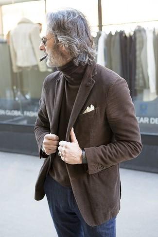 Come indossare e abbinare: blazer marrone, dolcevita marrone, jeans blu scuro, fazzoletto da taschino beige