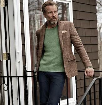 Come indossare e abbinare: blazer di lana scozzese marrone, maglione girocollo verde, jeans neri, fazzoletto da taschino beige