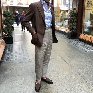 Come indossare e abbinare: blazer marrone scuro, camicia elegante azzurra, pantaloni eleganti grigi, mocassini eleganti in pelle scamosciata marrone scuro
