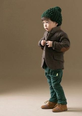 Come indossare: blazer marrone scuro, pantaloni verde scuro, chukka in pelle scamosciata marrone chiaro, berretto verde scuro