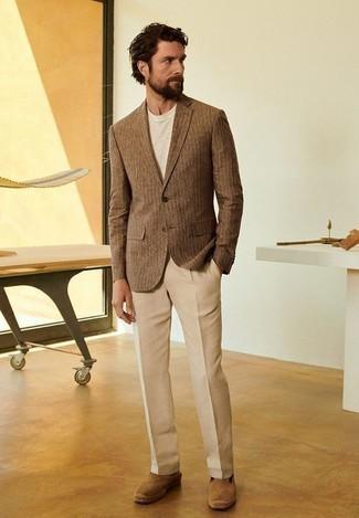 Look alla moda per uomo: Blazer a righe verticali marrone, T-shirt girocollo beige, Pantaloni eleganti marrone chiaro, Espadrillas in pelle scamosciata marrone chiaro