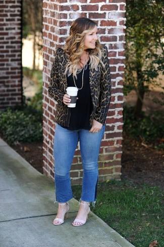Come indossare: blazer leopardato marrone, t-shirt girocollo nera, jeans blu, sandali con tacco in pelle beige