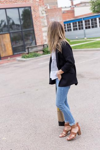 Come indossare: blazer nero, camicetta manica corta di pizzo bianca, jeans aderenti azzurri, sandali con tacco in pelle marroni