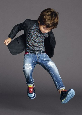 Come indossare e abbinare: blazer nero, camicia a maniche lunghe blu, jeans blu, sneakers blu scuro