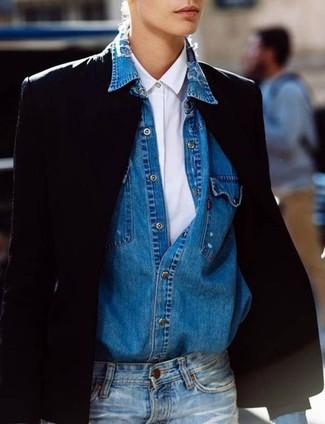 Come indossare: blazer nero, camicia elegante bianca, camicia di jeans blu, jeans blu