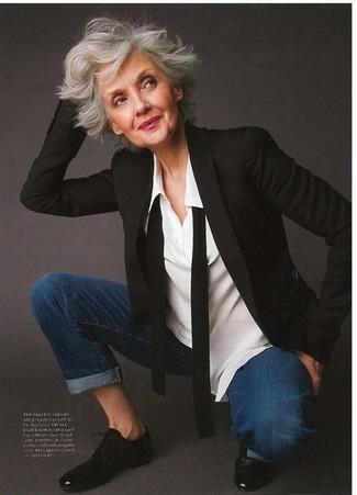 Come indossare e abbinare: blazer nero, camicia elegante bianca, jeans blu scuro, scarpe oxford in pelle nere