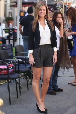 Come indossare: blazer nero, camicia elegante di seta bianca, pantaloncini di lana neri, décolleté con zeppa in pelle scamosciata neri