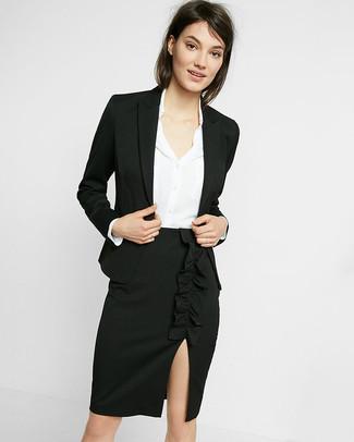 Come indossare: blazer nero, camicia elegante di seta bianca, gonna a tubino con spacco nera
