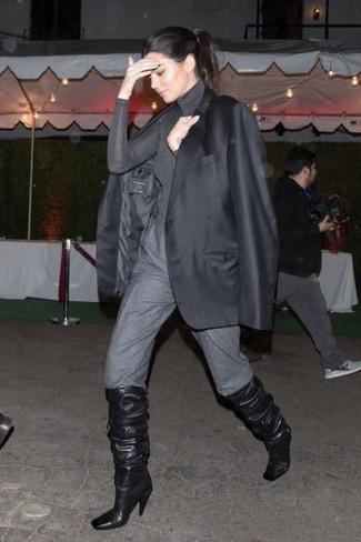 Come indossare e abbinare: blazer nero, dolcevita grigio, pantaloni stretti in fondo grigi, stivali al ginocchio in pelle neri