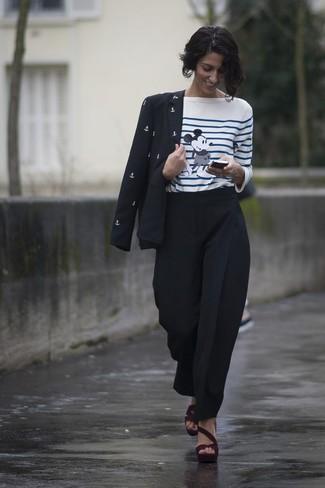 Come indossare: blazer stampato nero e bianco, t-shirt manica lunga a righe orizzontali bianca e blu, pantaloni stretti in fondo neri, sandali con tacco in pelle scamosciata bordeaux