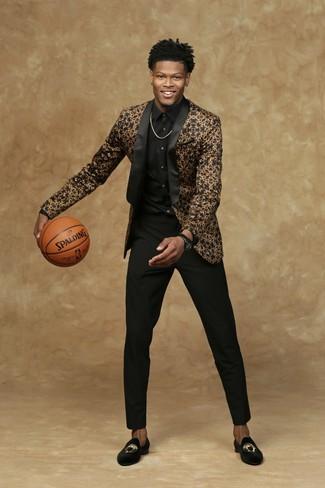 Come indossare: blazer nero e dorato, camicia elegante nera, pantaloni eleganti neri, mocassini eleganti di velluto ricamati neri