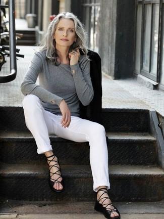 Moda donna anni 50: Metti un blazer nero e chino bianchi per un look raffinato. Non vuoi calcare troppo la mano con le scarpe? Prova con un paio di sandali gladiatore in pelle neri per la giornata.