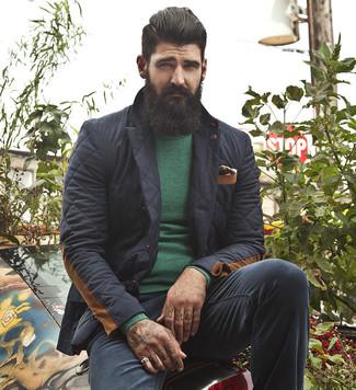 Come indossare e abbinare: blazer trapuntato nero, maglione girocollo verde, chino neri, fazzoletto da taschino stampato nero