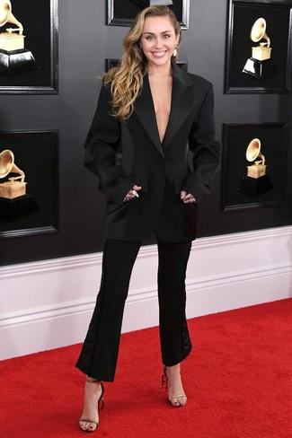 Come indossare e abbinare pantaloni a campana neri: Indossa un blazer nero con pantaloni a campana neri per un look raffinato per il tempo libero. Sandali con tacco in pelle neri e dorati sono una eccellente scelta per completare il look.