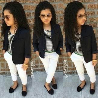 Come indossare: blazer nero, t-shirt a righe orizzontali bianca e nera, pantaloni bianchi, ballerine nere