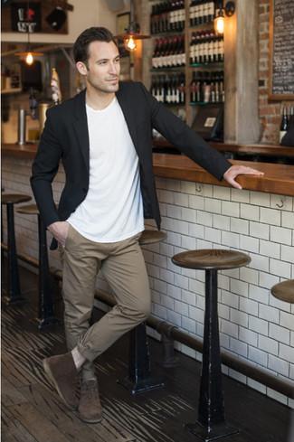 Potresti combinare un blazer nero con pantaloni chino marrone chiaro per un abbigliamento elegante ma casual. Rifinisci questo look con un paio di chukka in pelle scamosciata marrone scuro.