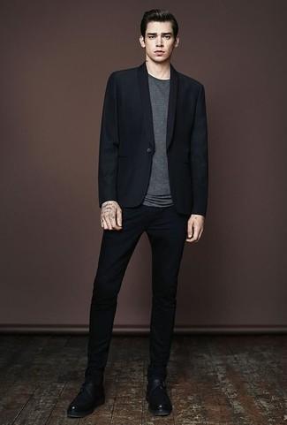 Come indossare e abbinare una t-shirt girocollo grigio scuro: Punta su una t-shirt girocollo grigio scuro e chino neri per un look spensierato e alla moda. Abbellisci questo completo con un paio di scarpe monk in pelle nere.