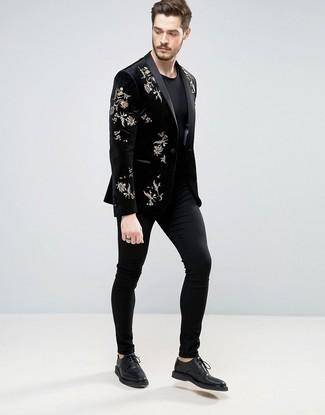 Trend da uomo: Punta su un blazer di velluto ricamato nero e chino neri per un abbigliamento elegante ma casual. Scarpe derby in pelle nere daranno lucentezza a un look discreto.