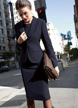 Come indossare: blazer nero, vestito a tubino nero, cartella in pelle marrone scuro