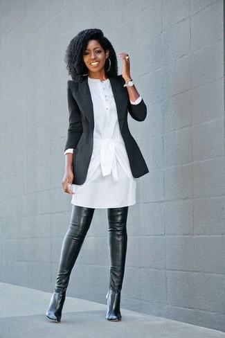 Come indossare: blazer nero, vestito chemisier bianco, stivali sopra il ginocchio in pelle neri, orologio argento