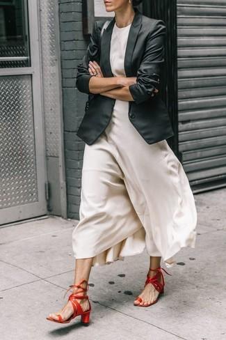 Come indossare e abbinare: blazer nero, vestito lungo di seta bianco, sandali con tacco in pelle rossi, cartella in pelle nera