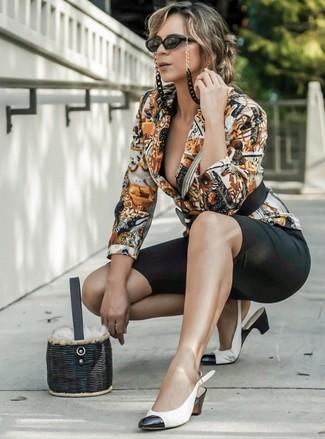 Come indossare e abbinare: blazer stampato multicolore, pantaloncini ciclisti neri, décolleté in pelle bianchi e neri, borsa a secchiello di paglia nera