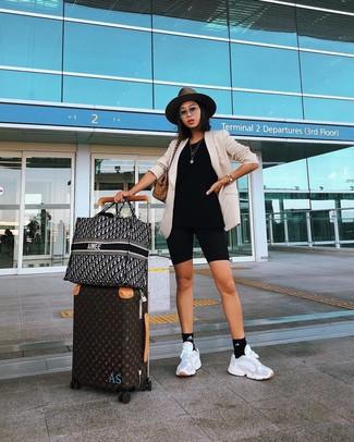 Come indossare: blazer beige, pantaloncini ciclisti neri, scarpe sportive bianche, borsa shopping di tela scozzese marrone chiaro
