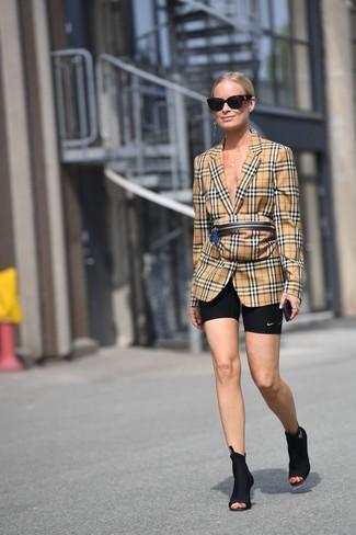 Come indossare: blazer scozzese marrone chiaro, pantaloncini ciclisti neri, stivaletti elasticizzati neri, marsupio scozzese marrone chiaro