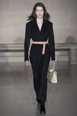 Come indossare e abbinare: blazer nero, pantaloni a campana neri, stivaletti in pelle neri, cartella in pelle beige