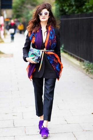 Come indossare e abbinare: blazer nero, pantaloni eleganti neri, sabot in pelle scamosciata viola, pochette in pelle stampata multicolore