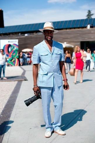 Come indossare e abbinare: blazer azzurro, pantaloni eleganti azzurri, scarpe derby in pelle scamosciata bianche, borsalino di paglia bianco