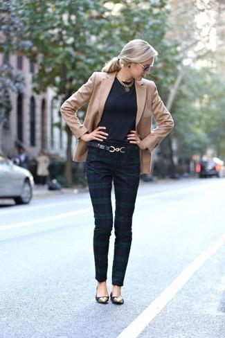 Come indossare e abbinare un blazer marrone chiaro: Abbina un blazer marrone chiaro con pantaloni skinny scozzesi blu scuro e verdi per vestirti casual. Prova con un paio di ballerine in pelle scamosciata nere per un tocco più rilassato.