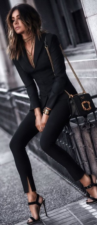 Come indossare: blazer nero, pantaloni skinny neri, sandali con tacco in pelle scamosciata neri, borsa a tracolla in pelle nera e dorata