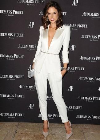 Come indossare e abbinare: blazer bianco, pantaloni stretti in fondo bianchi, décolleté in pelle scamosciata grigi, pochette argento