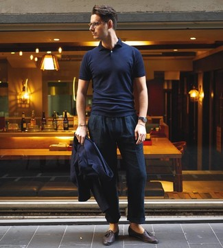 Come indossare e abbinare: blazer blu scuro, polo blu scuro, chino di lino blu scuro, mocassini con nappine in pelle marrone scuro