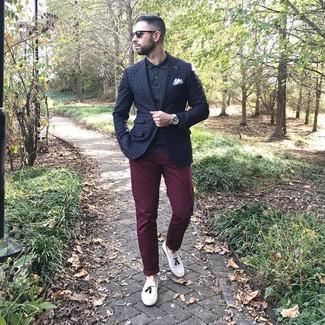 Come indossare e abbinare: blazer a quadri blu scuro, polo nero, chino bordeaux, mocassini con nappine in pelle bianchi