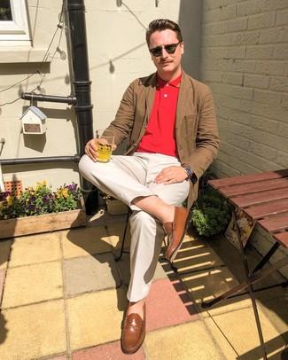 Come indossare e abbinare: blazer di cotone marrone, polo rosso, chino beige, mocassini eleganti in pelle marroni