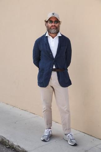 Come indossare e abbinare chino beige: Potresti indossare un blazer di lino blu scuro e chino beige se preferisci uno stile ordinato e alla moda. Indossa un paio di scarpe sportive grigie per un tocco più rilassato.