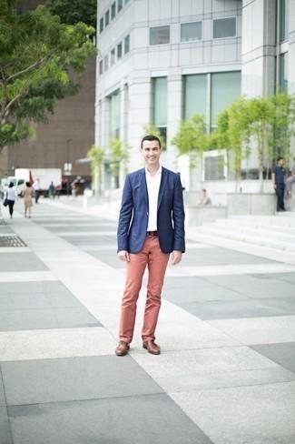 Come indossare e abbinare una cintura in pelle marrone: Un blazer blu scuro e una cintura in pelle marrone sono l'outfit perfetto per le giornate di relax. Mettiti un paio di scarpe oxford in pelle marroni per dare un tocco classico al completo.