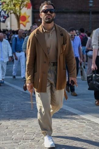 Come indossare e abbinare occhiali da sole marrone scuro: Indossa un blazer marrone e occhiali da sole marrone scuro per un look comfy-casual. Scegli uno stile classico per le calzature e mettiti un paio di sneakers basse di tela bianche.