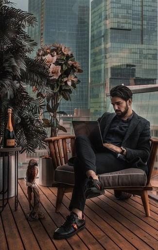Trend da uomo 2021 in autunno 2021 in modo casual: Abbina un blazer di lana nero con chino neri per un look davvero alla moda. Non vuoi calcare troppo la mano con le scarpe? Indossa un paio di sneakers basse in pelle stampate nere per la giornata. Ecco una buona scelta per creare uno stupendo look autunnale.