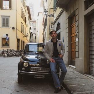 Come indossare e abbinare jeans blu scuro: Indossa un blazer con motivo pied de poule marrone scuro e jeans blu scuro per un look raffinato per il tempo libero. Per le calzature, scegli lo stile classico con un paio di mocassini eleganti in pelle scamosciata neri.
