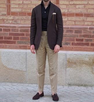 Come indossare e abbinare un polo nero: Scegli un outfit composto da un polo nero e pantaloni eleganti marrone chiaro per essere elegante ma non troppo formale. Opta per un paio di mocassini eleganti in pelle scamosciata marrone scuro per un tocco virile.