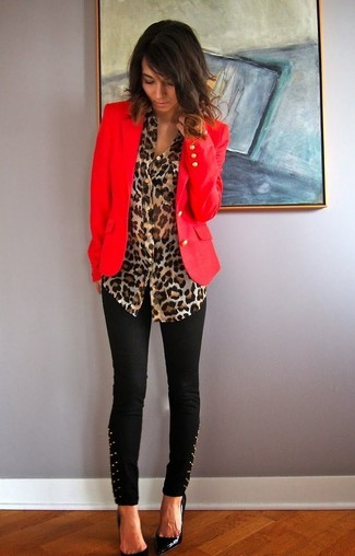 Questa combinazione di un blazer rosso e pantaloni skinny con borchie neri ti permetterà di sfoggiare uno stile semplice nel tempo libero. Scegli uno stile classico per le calzature e opta per un paio di décolleté in pelle neri.