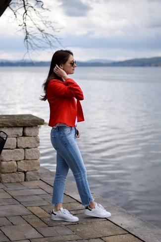 Come indossare: blazer rosso, canotta bianca, jeans azzurri, sneakers basse in pelle bianche e nere