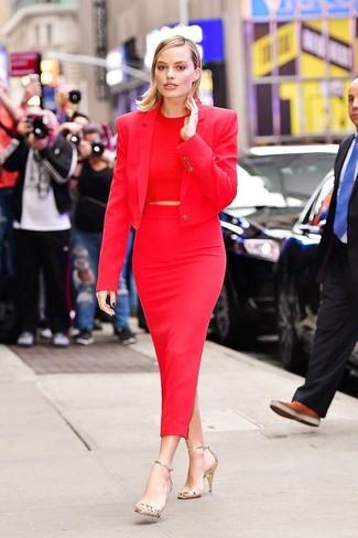 Trend da donna 2020: Prova a combinare un blazer rosso con una gonna longuette rossa per un outfit che si fa notare. Sandali con tacco in pelle dorati sono una validissima scelta per completare il look.