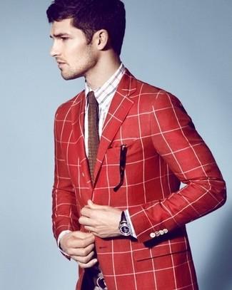 Come indossare e abbinare: blazer scozzese rosso, camicia a maniche lunghe scozzese bianca e rossa e blu scuro, cravatta lavorata a maglia marrone