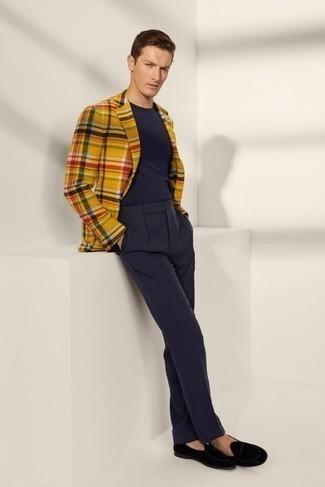 Come indossare e abbinare una giacca: L'abbinamento di una giacca e pantaloni eleganti blu scuro ti donerà un aspetto forte e sicuro. Mocassini eleganti di velluto neri sono una interessante scelta per completare il look.