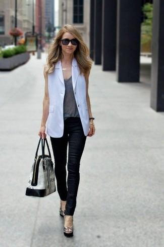 Come indossare: blazer senza maniche bianco, canotta grigia, jeans aderenti in pelle neri, décolleté in pelle neri